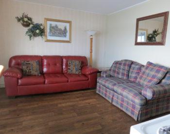 https://www.val-e-vueresort.com/wp-content/uploads/2B-livingroom-350x275.jpg